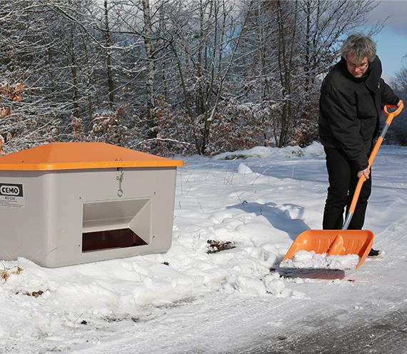 [Перевести на немецкий:] Снегоуборочная лопата и контейнер для песка CEMO GFK